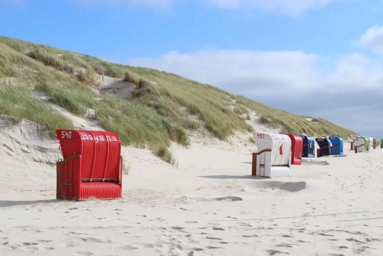 Typisch für Norddorf: die Strandkörbe in den Dünen