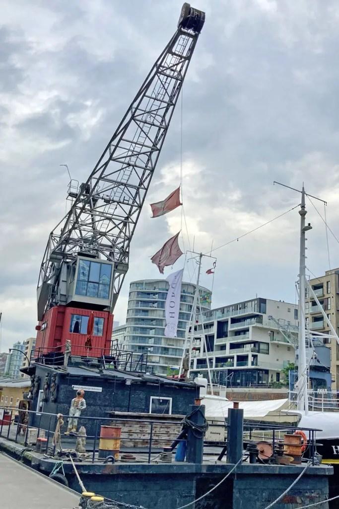 Seit seiner Renovierung liegt der Hafenkran Greif im Sandtorhafen vor Anker