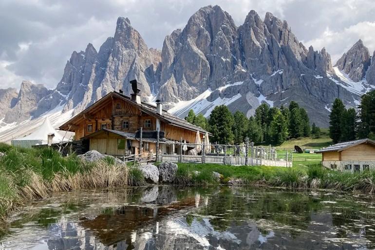 Die Geisleralm liegt unterhalb der Geislerspitzen und bietet fantastische Ausblicke auf die Dolomiten