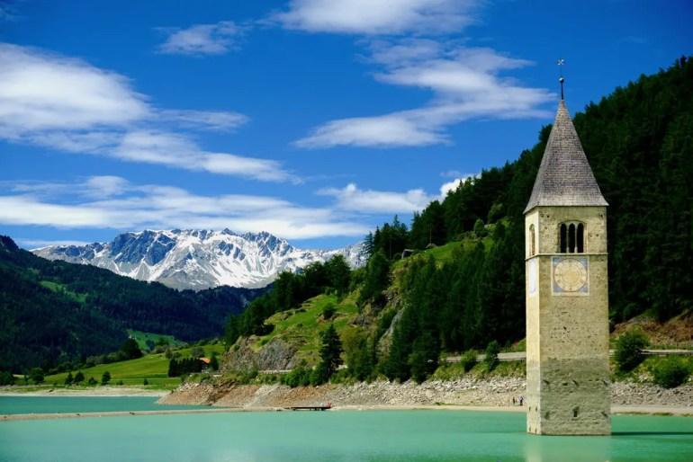 Ein echter Hingucker: der Kirchturm im Reschensee (Foto: Unsplash | Felix)