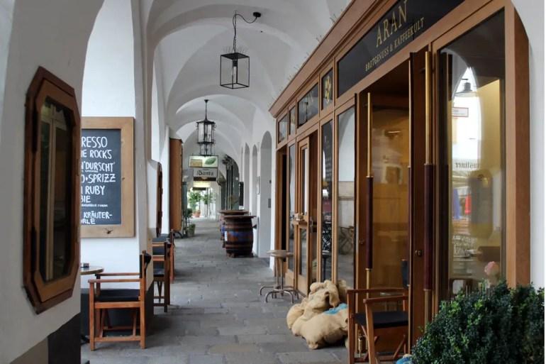 In den Lauben in der Rosenheimer Altstadt gibt's viele Cafés und Restaurants