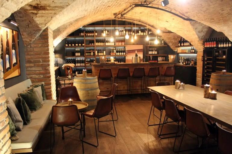 Stylisch und sehr gemütlich: der Weinkeller im Das Lindner