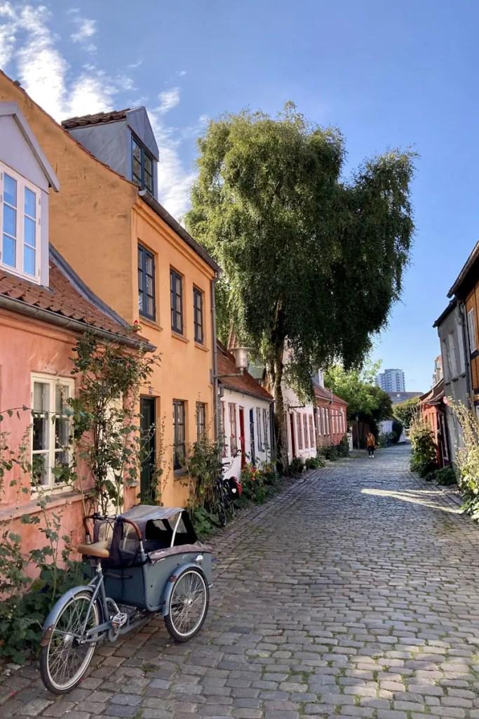 Die Gasse Mollestien bietet das schönste Ensemble von Altstadthäuschen in Aarhus