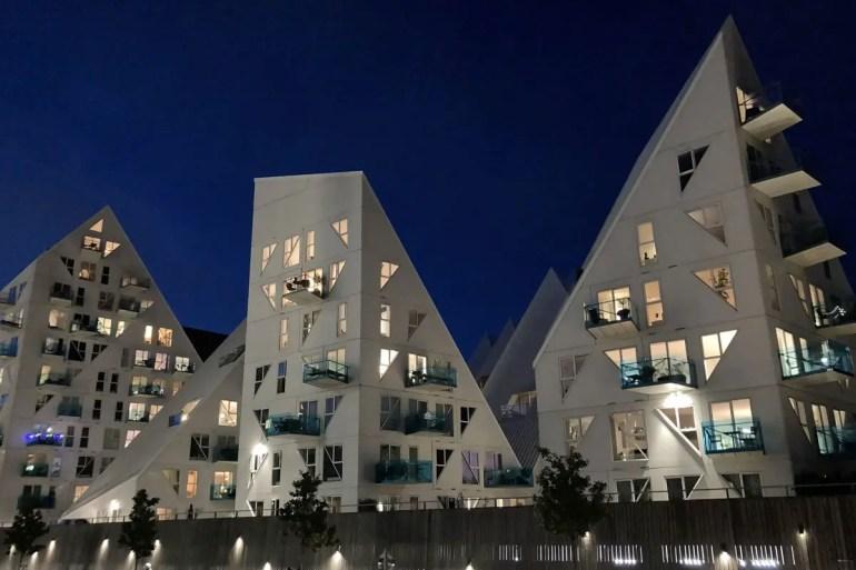 Auch nachts ist die Architektur von The Iceberg im Hafenviertel von Aarhus spannend