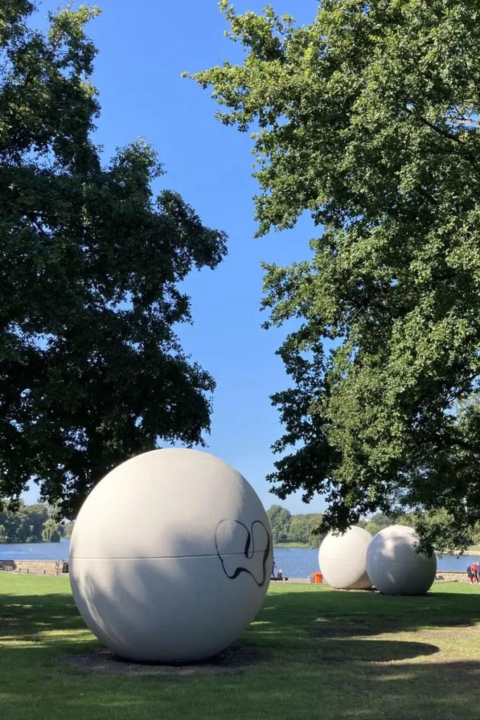 Die Giant Pool Balls von Claes Oldenbourg