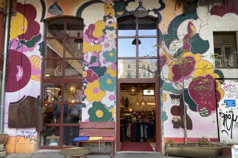 Bei Mrs. Hippie gibt es ausgefallene Klamotten und bunte Street Art