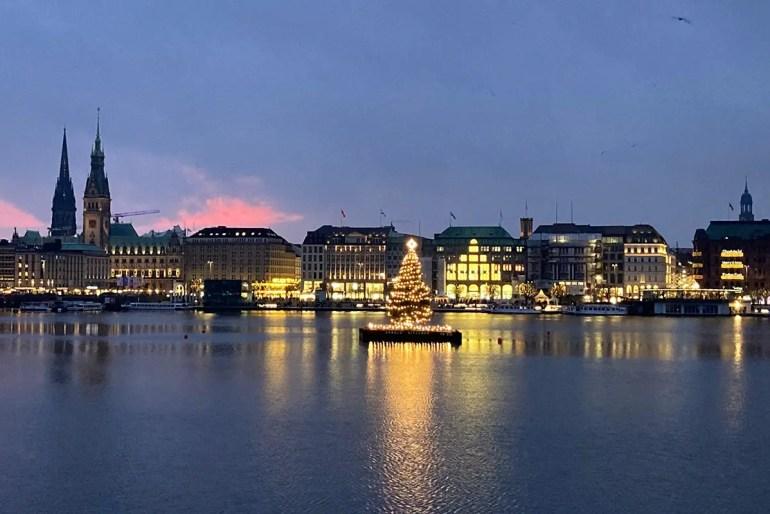 Die Weihnachtstanne auf der Alster leuchtet auch im Advent 2020