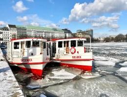 Alsterdampfer und Eisschollen auf der Binnenalster