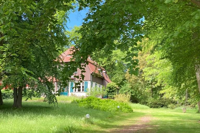 An den berühmten Gast erinnert das Gerhart Hauptmann Haus in Kloster