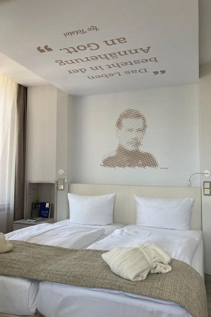 Ein Zitat von Tolstoi an der Decke bringt den berhümten Gast in die Gegenwart
