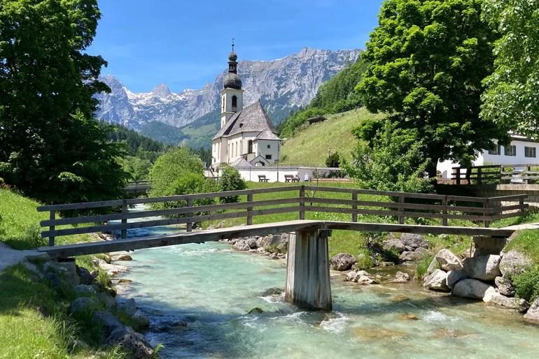 Beliebtes Oberbayern-Fotomotiv: die kleine Kirche St. Sebastian in Ramsau bei Berchtesgaden