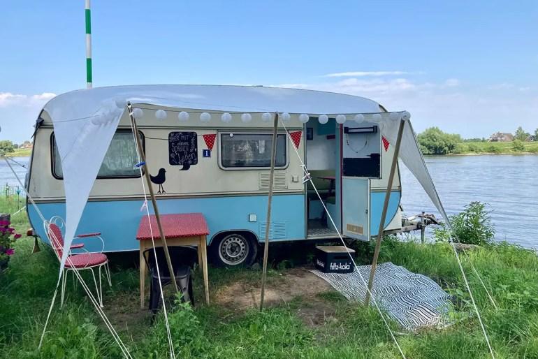 Übernachten mit Elbblick: Das bieten dir dir Retro-Camper von Elbe Glamping
