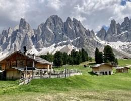 Die Geisleralm mit ihrem Ausblick auf die Geislerspitzen ist eine der schönsten Hütten in Südtirol