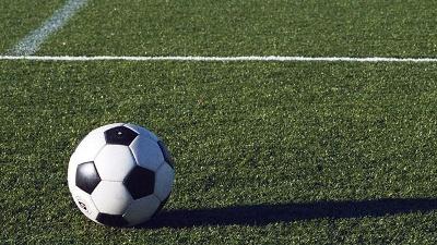 soccer-ball-on-grass-field-jpg_20150929144503-159532