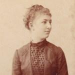 Portret van een modieuze jonge vrouw rond 1886