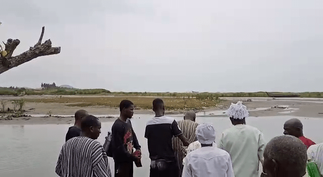 Gomoa chiefs storm Apam sea; sacrifice cow, sheep, fowls and schnapps to angry gods [Photos] 2