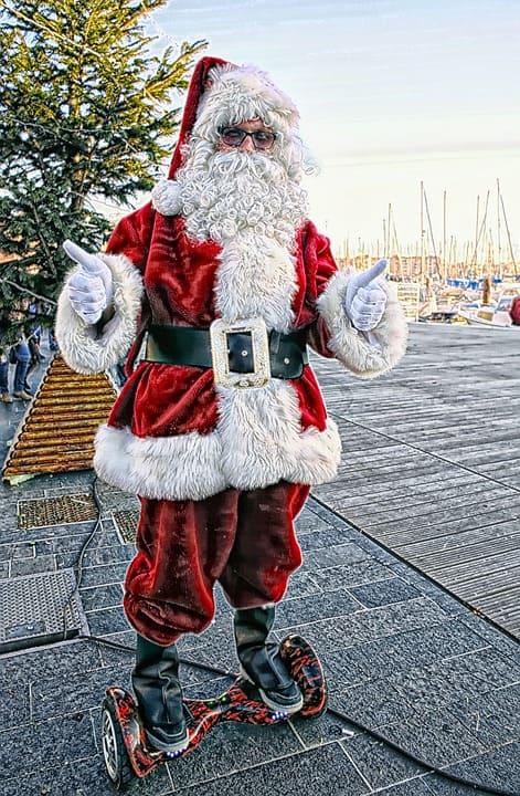 ou partir a noel - père Noel sur un hover board dans un port