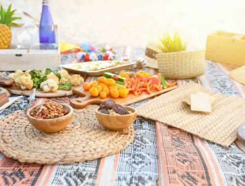 pique-nique draps et plats sur une île aux Antilles