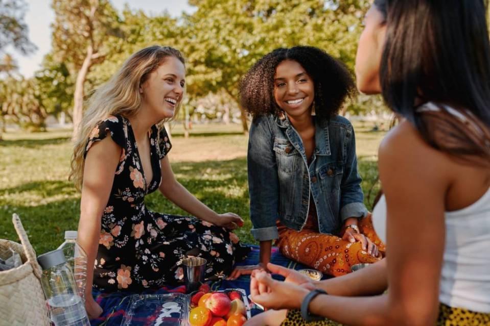 Antilles pique-nique entre amis sur l'herbe