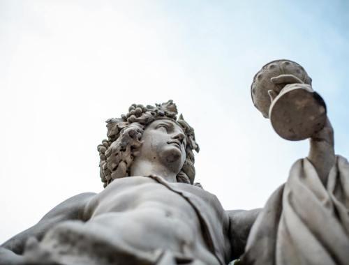 statue romaine coupe dans la main