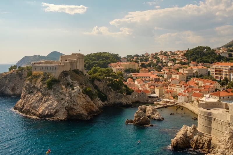 vue aérienne Dubrovnik mer et toitures rouge