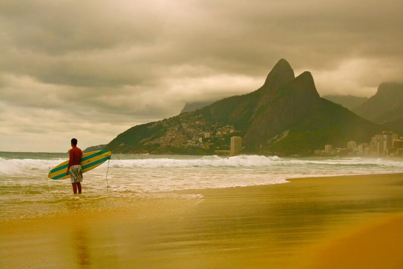 homme surf brésil Rio de Janeiro vague