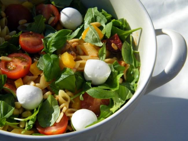 pastasalade met rode pesto