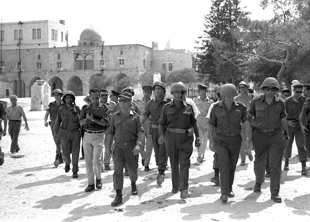 Flickr Jerusalem Day Government_Press_Office_GPO_-_Defense_Minister_Moshe_Dayan_Chief_of_staff_Yitzhak_Rabin_Gen._Rehavam_Zeevi_R_And_Gen._Narkis_in_the_old_city_of_Jerusalem