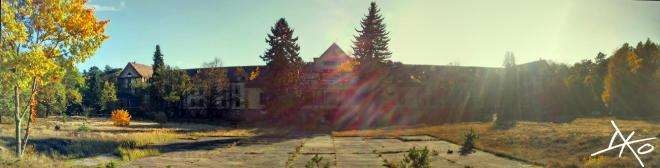 Die Chirurgie der Beelitz-Heilstätten ist das erste Gebäude, das man nach dem Eingang zum Baumkronenpfad sieht.