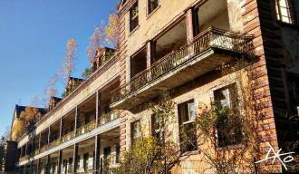Das Bild zeigt das Gebäude der Beelitz-Heilstätten Chirurgie von heute