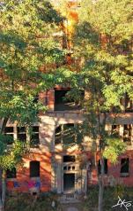 Frontansicht des Alpenhaus mit großen Fenstern der Beelitz-Heilstätten