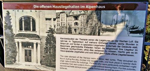 Eine Informationstafel zum Alpenhaus der Beelitz-Heilstätten.