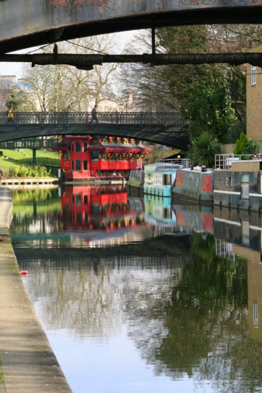 there are plenty of interesting landmarks along the Regents Canal, a great 2 mile London walk for kids