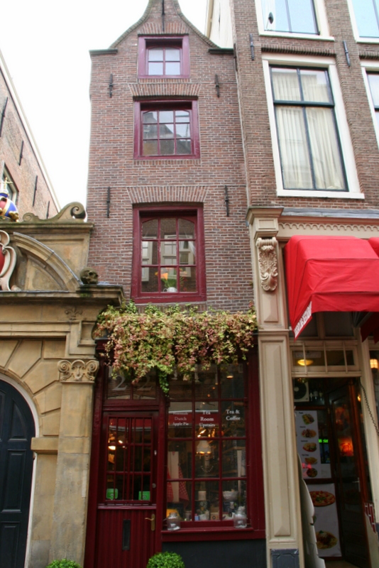 Narrowest house in amsterdam - a hidden gem to look out for as you walk around Amsterdam