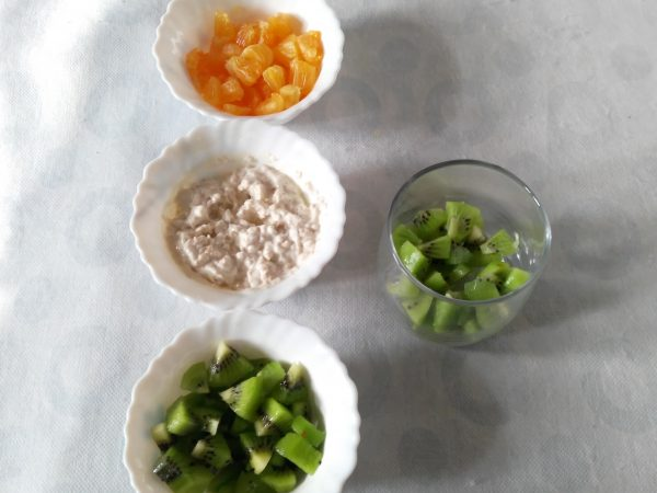 Add first layer of kiwi pieces into a tumbler