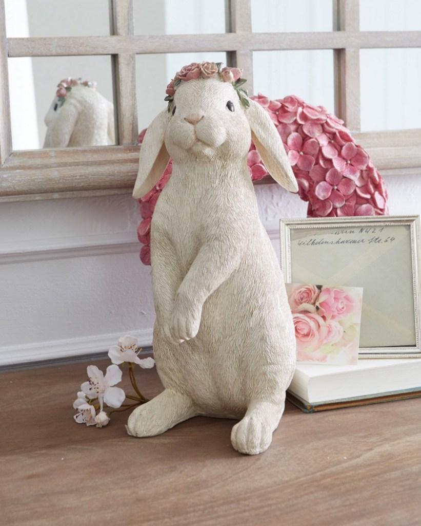 lapin blanc à couronne de fleurs