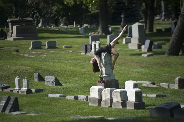 Dancers-Among-Us-in-Chicago-at_Graceland-Cemetery-Chloe-Crade