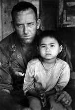 Amerikaans soldaat met een Zuid-Vietnamees kind