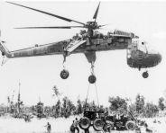 Een Sikorsky helikopter brengt materiaal aan voor de bouw van een landingsbaan in de A Shau vallei in 1969
