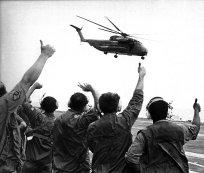 Bemanning van USS Midway had dagenlang helikopterpiloten getraind voor Operation Frequent Wind