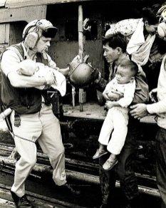 Sommige ouders brachten hun kinderen in veiligheid maar bleven zelf achter in Saigon