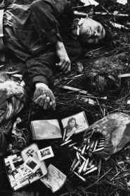 Een gesneuvelde Noord-Vietnamese soldaat temidden van zijn bezittingen. Hué, februari 1968 (foto van Don McCullin).