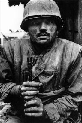 Een Amerikaans marinier met shell-shock tijdens de strijd om Hué, februari 1968 (foto van Don McCullin)