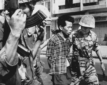 Nguyen Van Lem wordt gearresteerd als Vietcong-verdachte op 1 februari 1968