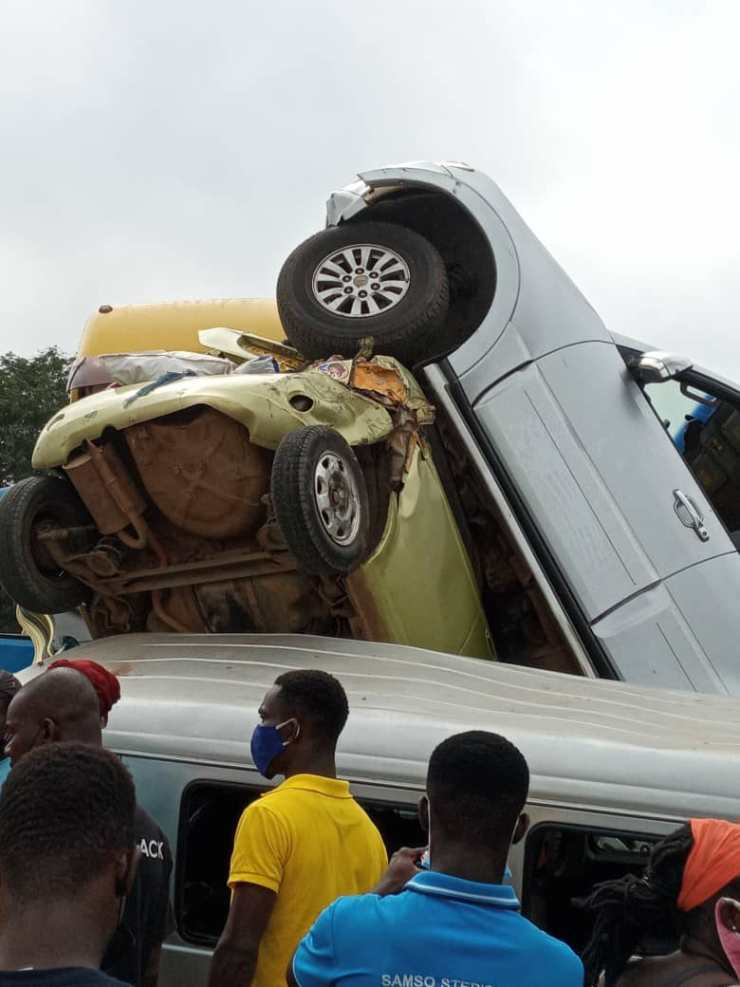 Truck fails its break and crashes into several vehicles 4