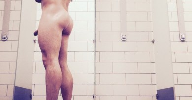 Muscle hunk in showers