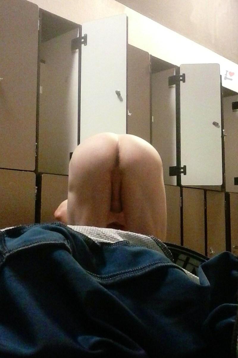 guy-naked-in-locker-room