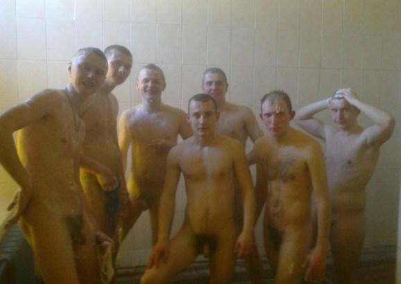 русские солдаты позируют голышом в душ