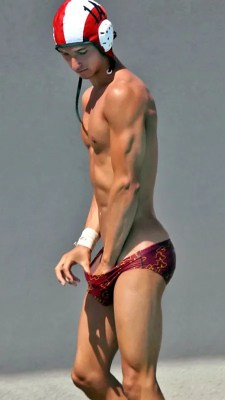hot-twink-grabbimg-bulge