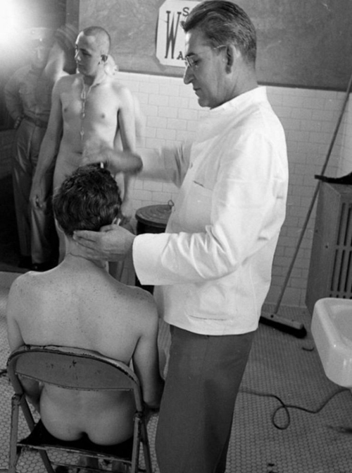 soldati-nudi-in-foto-d'epoca-revisione-fisica